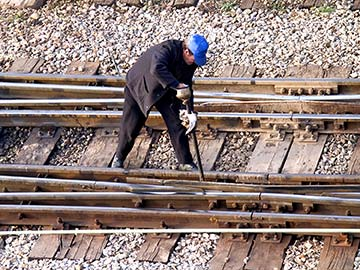 This rail worker faces many dangers every day. If you have been injured while working for a railroad company, call a Brownsville FELA attorney now.